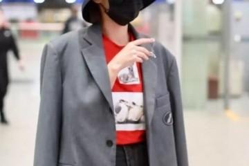 张嘉倪真阔气穿5000元T恤背3万4香奈儿包包美的真不低调