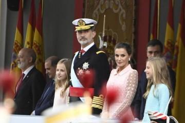西班牙王后罕见扎丸子头穿粉纱裙哪像47岁两公主首烫卷发美翻
